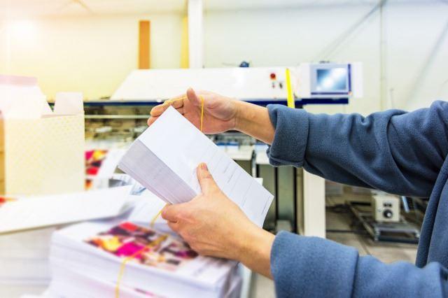 輪ゴムで束ねられたはがき/DM発送代行・宛名シール貼り付け・印刷ならお任せ!料金の問い合わせはお気軽に 依頼する際に確認すること