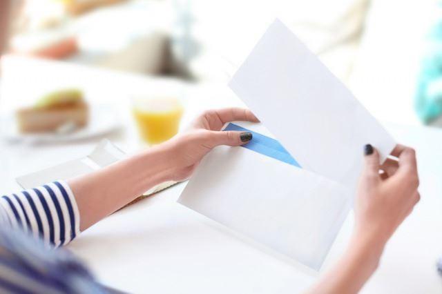 白い封筒から取り出された手紙/