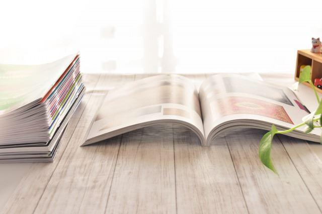 テーブルの上で開かれた雑誌/