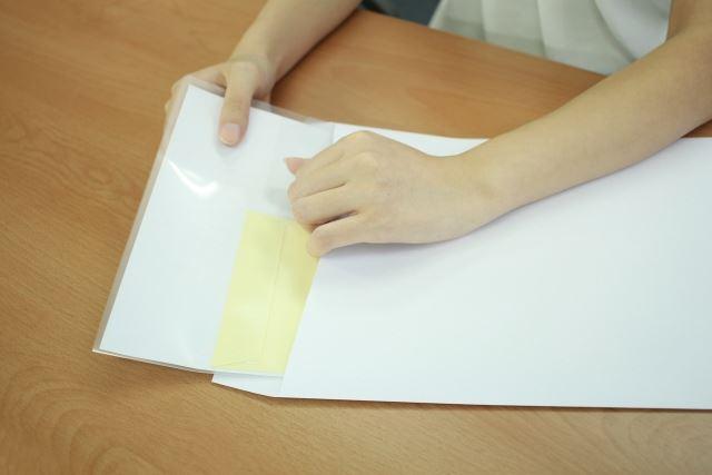 白い封筒の中に入った書類/