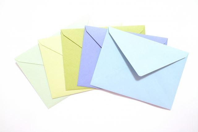様々な色のついた複数の封筒/